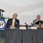 En el podium, congresista Rubén Hinojosa; Richard Stone, Secretario Adjunto del Departamento de Asuntos de Veteranos; Manny Vela, CEO y Presidente del Hospital Valley Baptist y Dave McIntyre, CEO y Presidente de TriWest Healthcare Alliance.