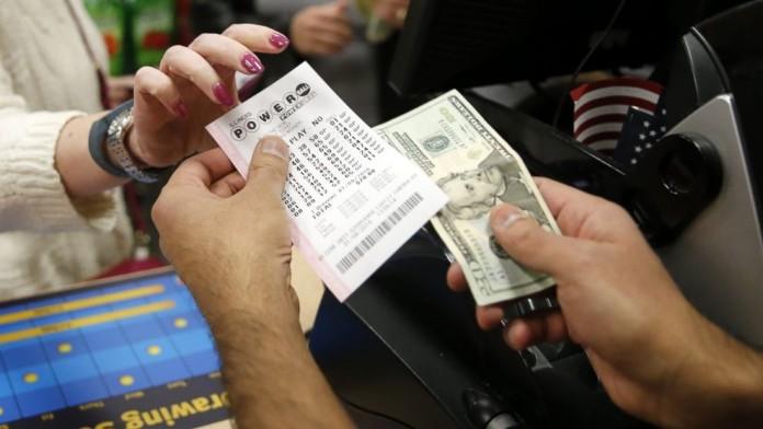 Seis meses después de sorteo pareja cobra millonario premio.