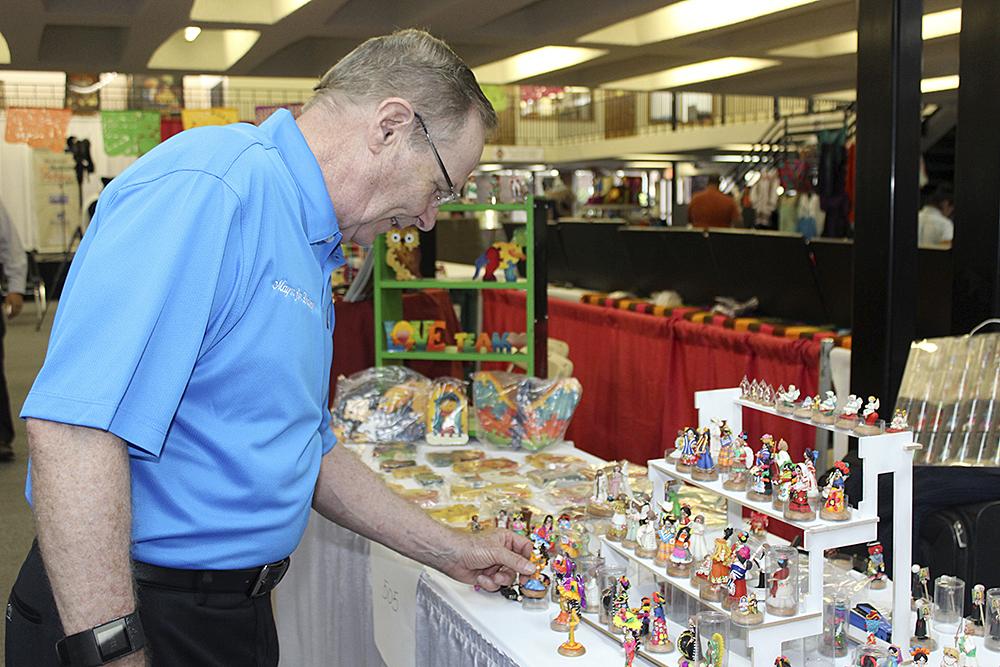 El alcalde Jim Darling recorrió los pasillos admirando la belleza de los trabajos artesanales.