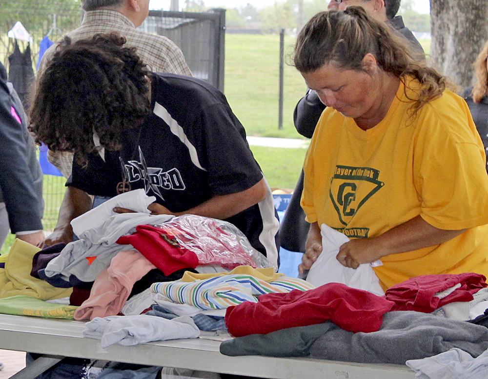 Con la ayuda de voluntarios de su escuela logró recaudar donaciones para que tomaran la ropa que les fuese necesaria.