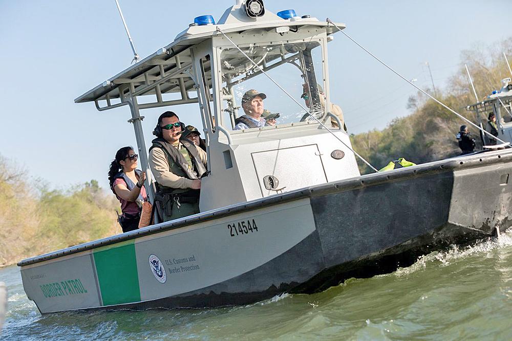 Vicepresidente Mike Pence recorre tramo de frontera con